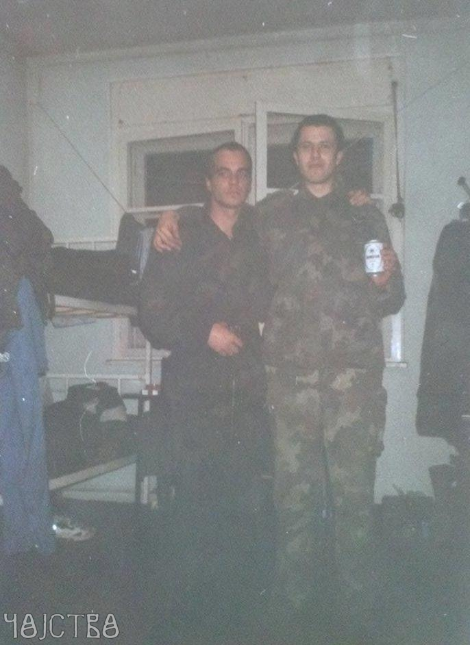 Ivan Vasojević Jaguar (desno) u zagrljaju sa Tomislavom Račićem Plamenim (foto: cojstvo.rs)