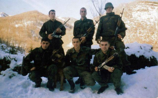 Heroji sa Košara: Pokojni Vasiljević čuči u sredini, pokojni Taricić sa šlemom Foto: Plamen