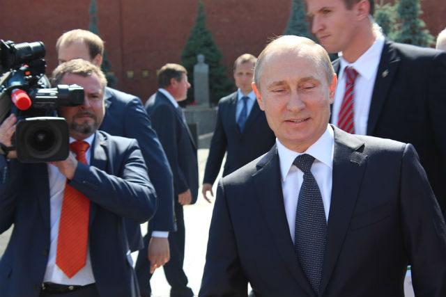 (VIDEO) Putin zna da vozi i kamion: Seo za volan i prvi se provozao Krimskim mostom!