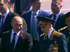 Tako se (ne)ponaša prema ratnom veteranu: Obezbeđenje ga gurnulo, Putin mu prišao, pozdravio i stavio pored sebe