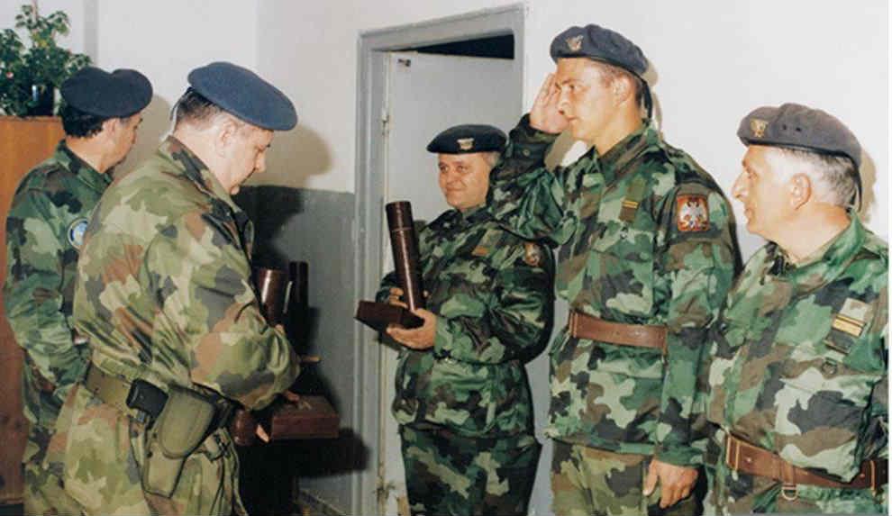 Srpski vojnici dpbijaju odlikovanje za rušenje aviona