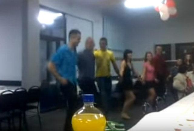 (VIDEO) Ovakvo kolo još niste videli: Zapevajmo, braćo mila, ovu pesmu svi