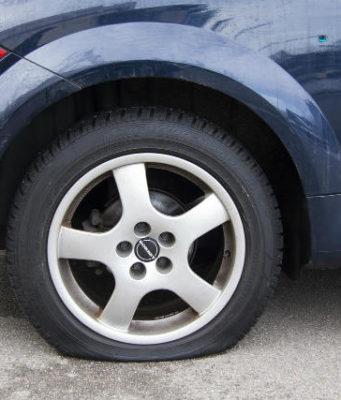(FOTO) Ko je probušio gumu, a ko ženu? Odgovor komšije zbog kojeg se ceo komšiluk trese od smeha!