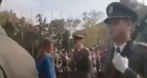 (VIDEO) Oficir i džentlmen: Zaprosio devojku uz pomoć koreografije kolega