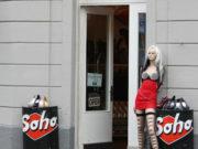 """(FOTO) Bahatost na delu: Funkcioner Vlade Srbije nepropisno parkirao i to ispred """"seks šopa"""""""