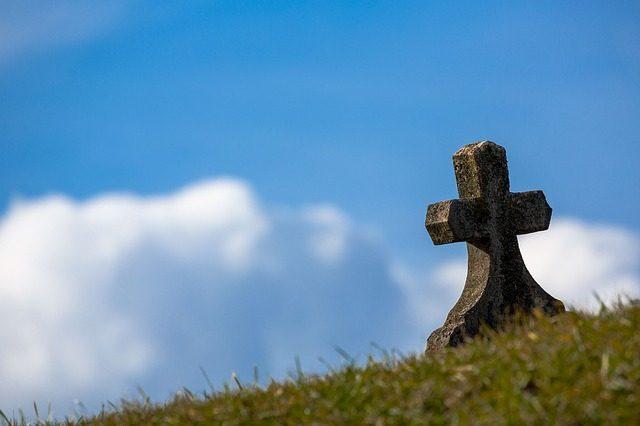 Tradicija je pala u vodu zbog samo jednog razloga: Evo zašto sada na grobove u Srbiji postavljaju crne ploče