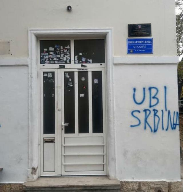 (FOTO) Dodao jedno slovo i prepravio grafit