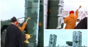 (VIDEO) Protiv uroka i da dobro služi: Ruski pop osveštao novi S-400 na Krimu (VIDEO)