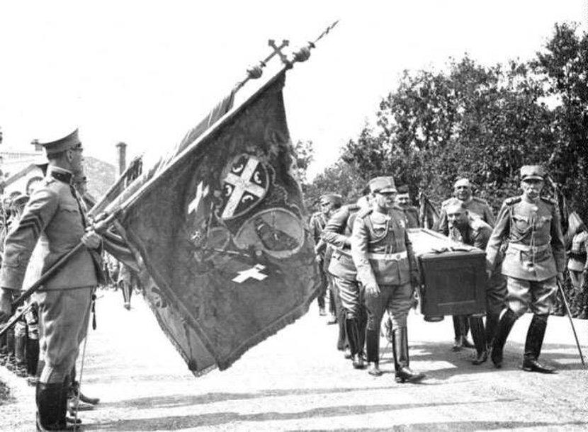 Vojvoda Petar Bojović, skroz desno, nosi kovčeg sa posmrtnim ostacima vožda Karađorđa tokom njihovog prenošenja na Oplenac 1930. godine. Foto: Wikimedia Commons/scc.digital.bkp.nb.rs/Snake bgd