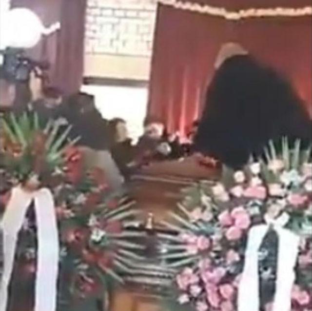 (VIDEO) Najluđa srpska sahrana: Kapelom odzvanjaju zvuci harmonike, porodica peva i igra na sanduku pokojnika