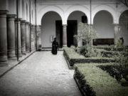 Sveštenik u poorti crkve